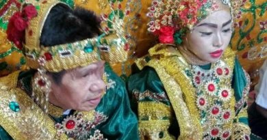 Heboh, Pensiunan PNS Ini Nikahi Gadis 17 Tahun Bikin Iri