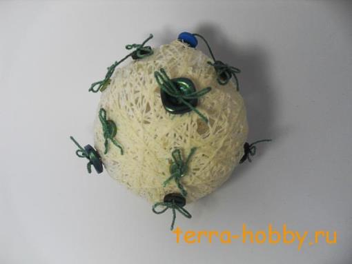 Новогодний шар из ниток с пуговицами на елку своими руками
