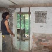 Zuerst mussten die Balken der Decke abgestützt werden...