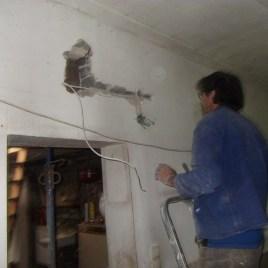 ...das war ganz schön gefährlich so als Stromkabel, deshalb hamma's entfernt und neue Leitungen verlegt.