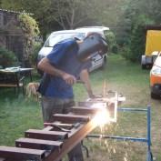 Die notwendigen Quer(Behelfs)träger hatte er zuvor aus einem dritten Stahlpfosten zurecht geschnitten.