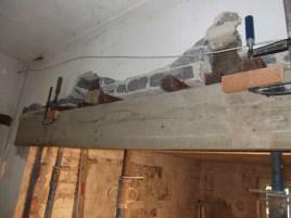 Schließlich wird alles eingeschalt. Gut zu erkennen ist, dass die Querträger über den Stahlträger hinausragen. Das dient der Stabilität und gleichzeitig konnten die Steifen darunter gestellt werden.