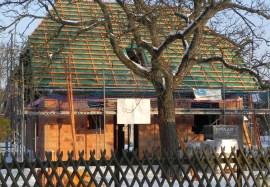 Glück gehabt: Noch bei Plusgraden gemauert und jetzt im Kalten den Dachstuhl raufgesetzt.