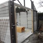 Heute jedoch wurde der Pfosten samt Betonteilen wieder entfernt. Das so entstandene Loch ist jedoch zu groß für die bereits vorhandene Garagentür. Deshalb baute mein Haushandwerker einen Rahmen aus Balken, der jetzt das Tor aufnehmen kann.