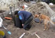 Neben den Heizungs- und Wasseranschlüssen wurde auch ein Schacht gesetzt. Kalli muss alles checken ;-)