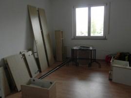 Im kleinen Zimmer stehen erst einmal die Türen und anderes der Küche.