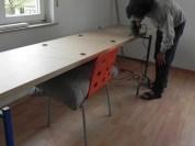 Die Platte auch in der Mitte gut abstützen, damit sie beim Aussägen nicht instabil wird. Bei uns war es ein Stuhl mit Kissen und Karton.