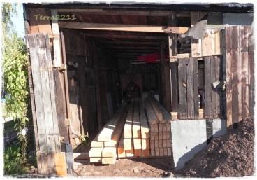 Zum Schluss kamen die Balken in den Schuppen. Dafür hat mein Bester die Schuppenwand entfernt. Finally we put the timbers into the shed. Therefor my sweetheart removed a wall.
