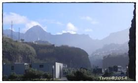 Der Ort wird von Berghängen eingerahmt. / The village is framed by mountain sides.