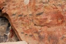 Repare, em preto, os Guanacos com as patas e troncos estendidos, como se estivessem correndo. Pintura em movimento da primeira geração