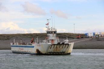 Ferry aportando para embarcar os veículos
