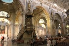 Fiéis do mundo inteiro visitam a Igreja