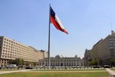 No centro, o Palácio La Moneda