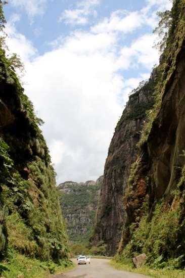O maior corte em rocha basáltica do Brasil, totalizando 90 metros