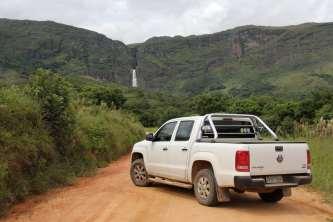 Da estrada, pode-se ter uma dimensão da cachoeira