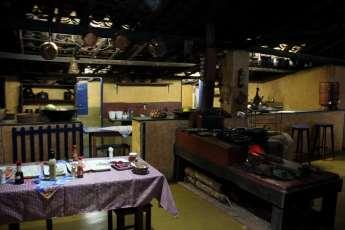 A típica cozinha mineira, com fogão à lenha e comida deliciosa