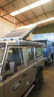 Os painéis solares instalados sobre o teto geram energia para nossa casa