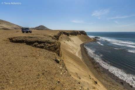 Mochileiro no topo da Praia da Chicama