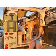 A pequenina Teresa estava apaixonada com o Mochileiro e com nosso pinguim de pelúcia