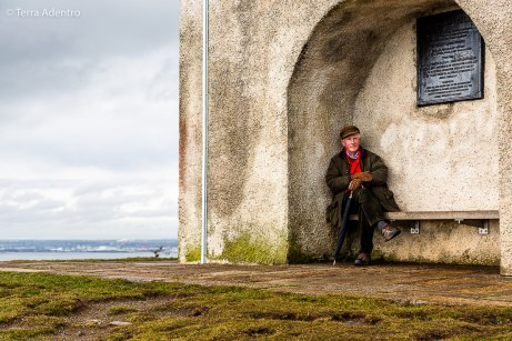 Típico Irlandês sentado no alto da colina de Killiney Hill