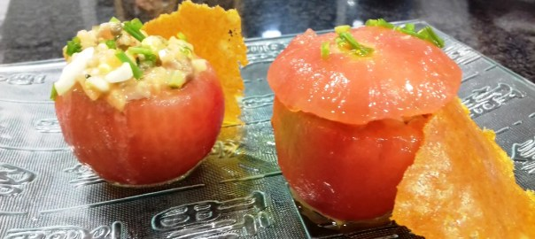 Receta de tomate relleno de tartar de salmón