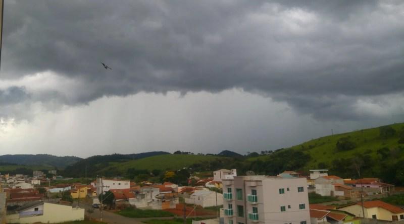 Um temporal com ventos fortes caiu sobre Pouso Alegre na tarde deste domingo (14). Até o momento, não há registros de estragos.