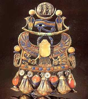 Pectoral del rey hallado en la tumba de Tutankhamón. El escarabajo del centro está esculpido en un vidrio de sílice formado por el impacto del cometa.