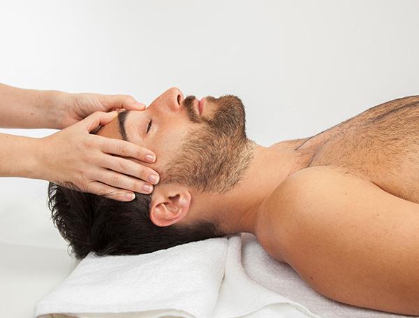 Homme reçoit massage dans la tête -Institut de beauté