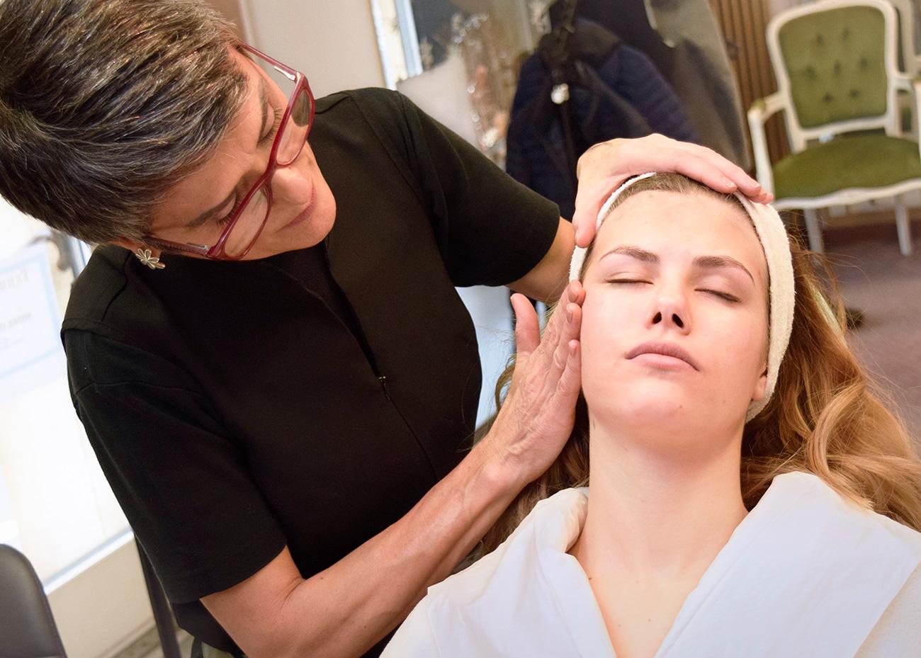 Femme qui applique le maquillage à jeune femme. Institut de Beauté. Terra Lucentum