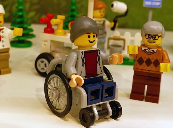 Lego, svolta storica: nella serie City compare il primo ragazzino su una sedia a rotelle
