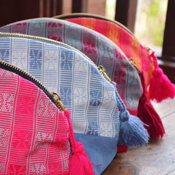 La photo montre les quatre modèles de trousse Olouti avec les quatre coloris qui composent la gamme actuelle.