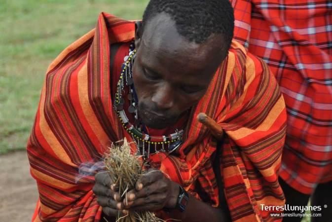 Masai encendiendo fuego
