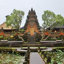 Recorrer todos los mercados locales y artesanales en la población de Ubud en Bali.