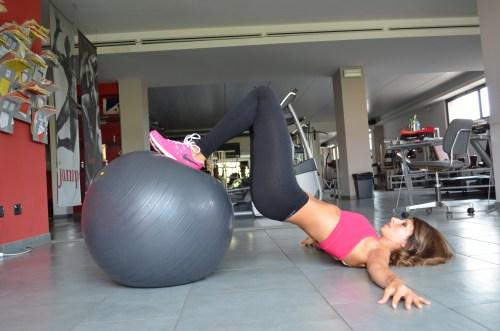 Difficoltà Media, atrezzo utilizzato Stability Ball detta anche Fit Ball o Swiss Ball.