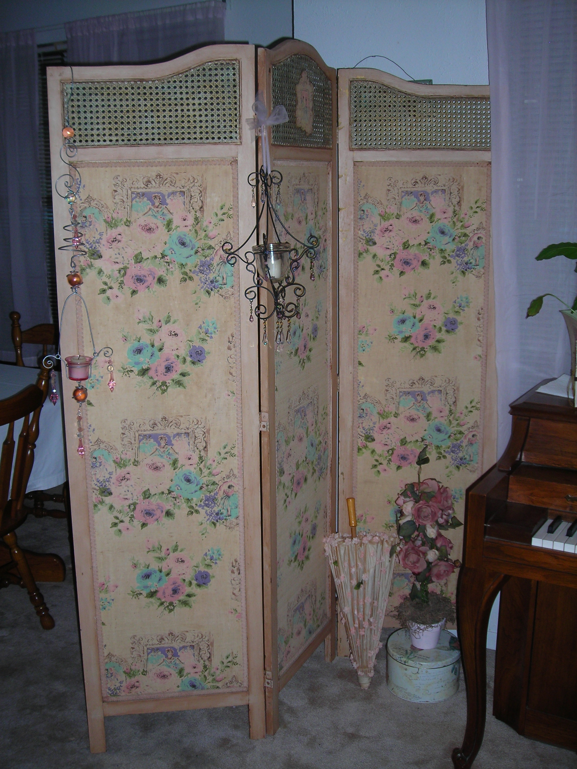 I absolutely LOVE this antique room divider. Got it at the antique show at the Expo in Belton a couple of years ago. It has sweet pink and blue Victorian ladies on the panels. Ohmygosh!!