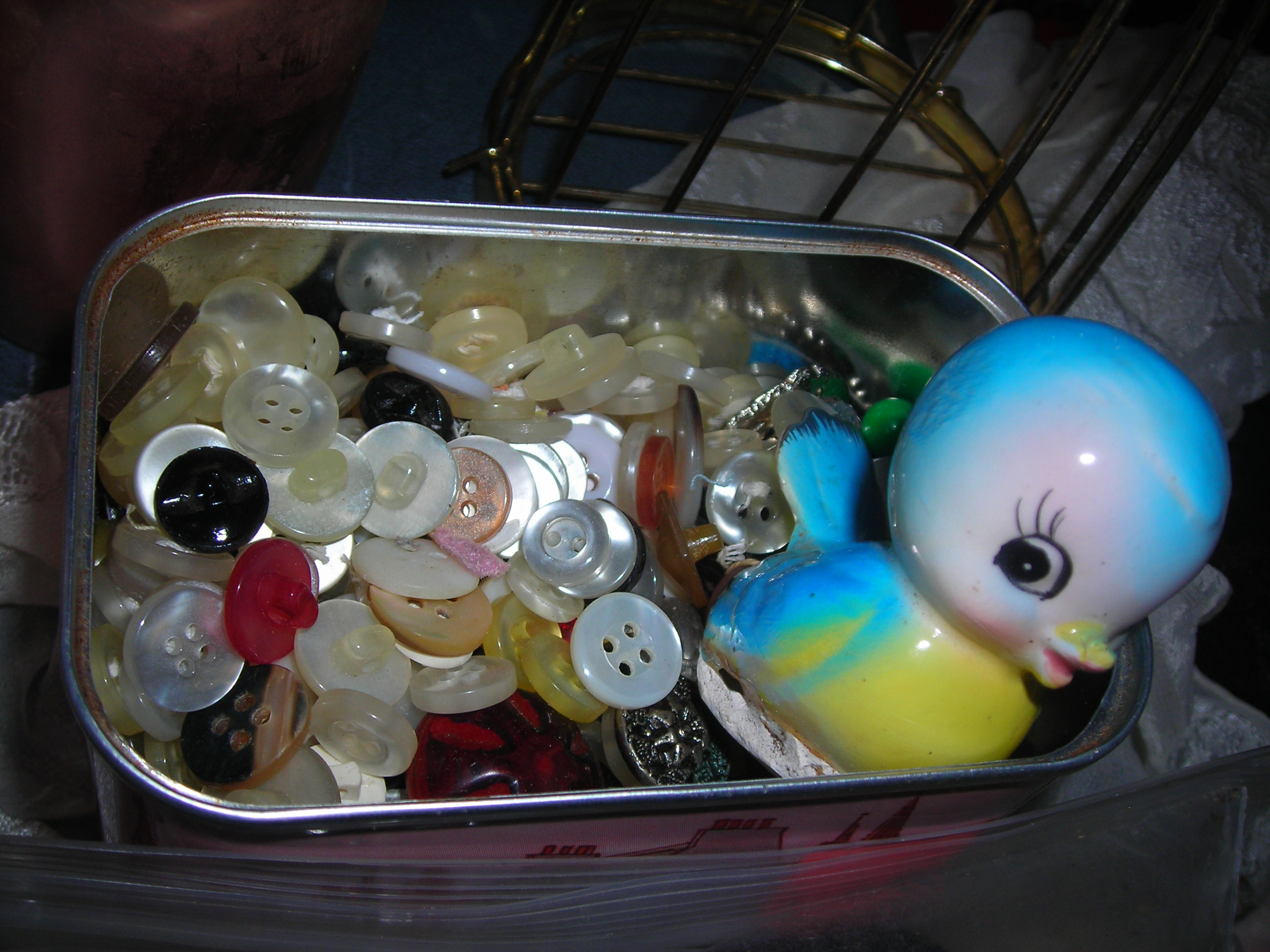 awwww!!! a buncha buttons in a tin and a SSSSSweet little blue birdie!!!
