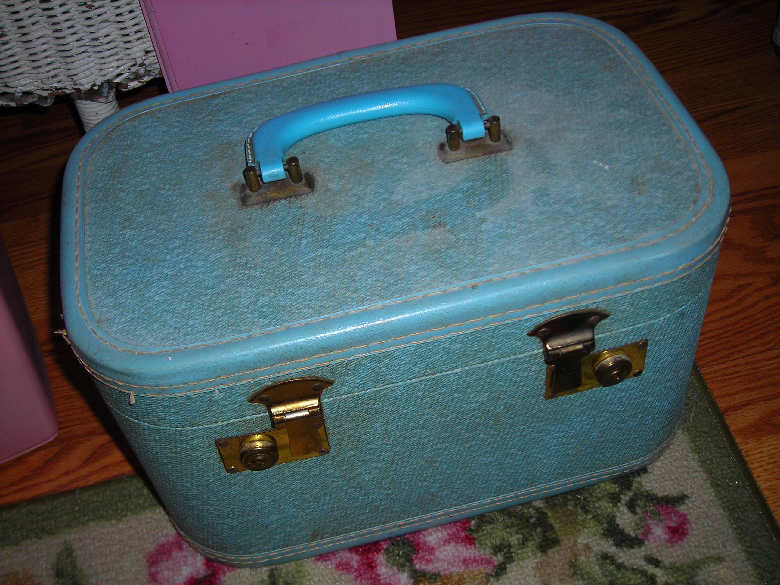 great little turquoise train case. i lerve it!