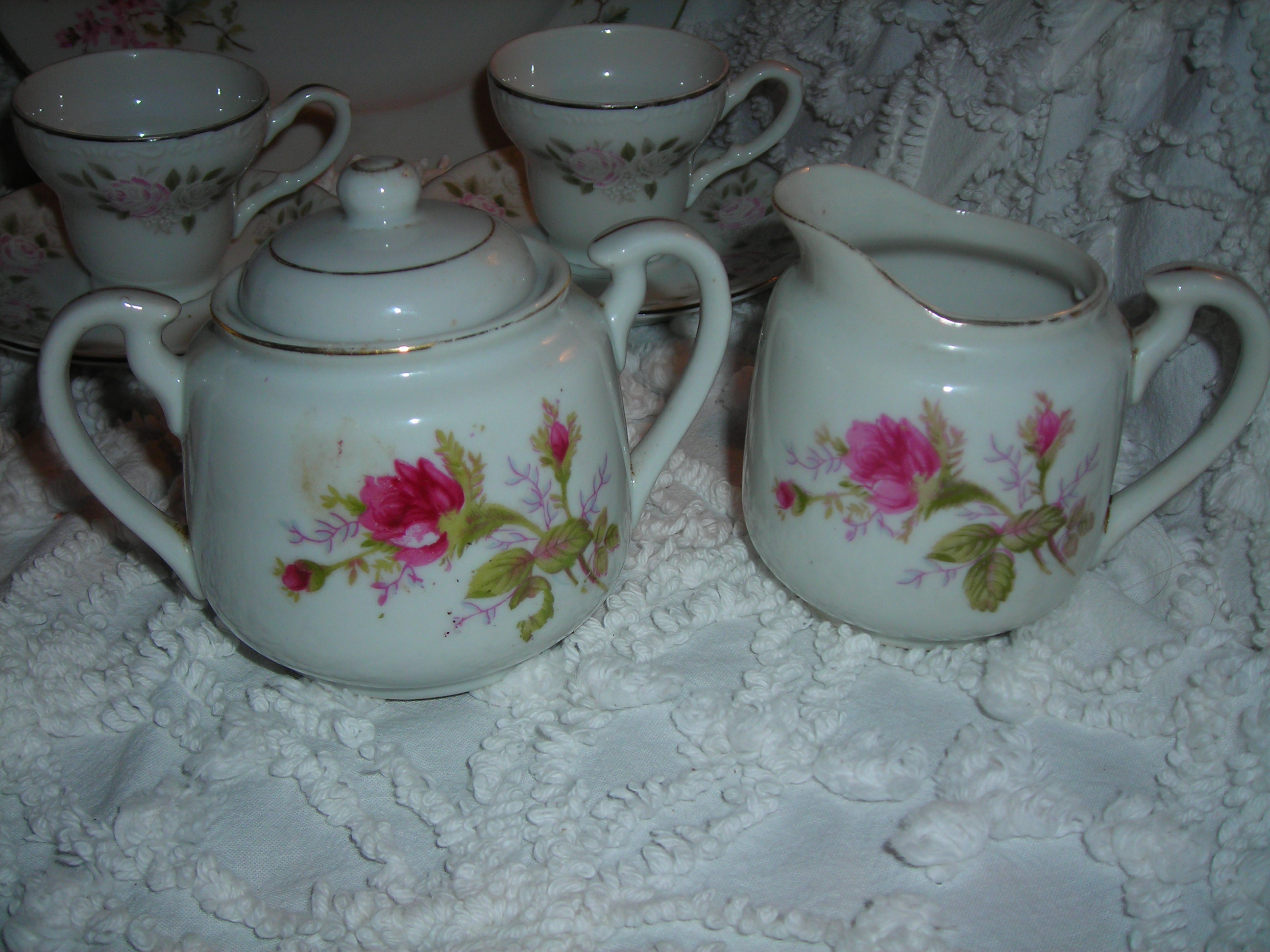 okay, these lovelies are from the other yard sale in belton ... sugar bowl and creamer with rooooossseeessss!!!!