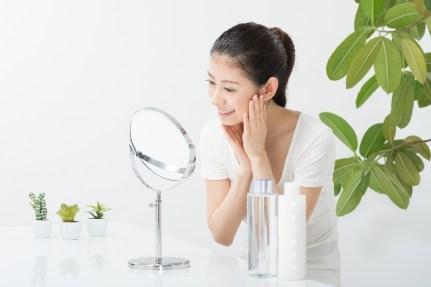 鏡をみる女性