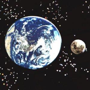 地球と月のペアバッジ