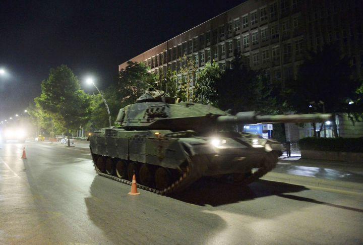 1.Një tank i ushtrisë turke ecën në rrugët e Ankarasë, 16 Korrik 2016 (Reuters)