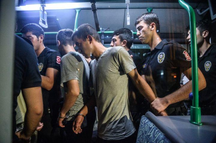 10.Policia turke ndalon disa ushtarë turq të dyshuar për pjesëmarrje në grushtin e shtetit më 16 Korrik 2016.