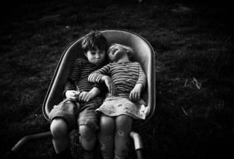 Mamaja e 4 fëmijëve tregon se si është jeta e vogëlushëve të saj pa telefon dhe internet (foto)
