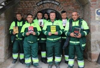 E rrallë në Ankara: punëtorët e pastrimit të rrugëve hapin bibliotekën me libra të hedhura