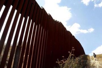 Trump kërkon para shtesë për murin e Meksikës: mezi pres të pyetem për Rusinë