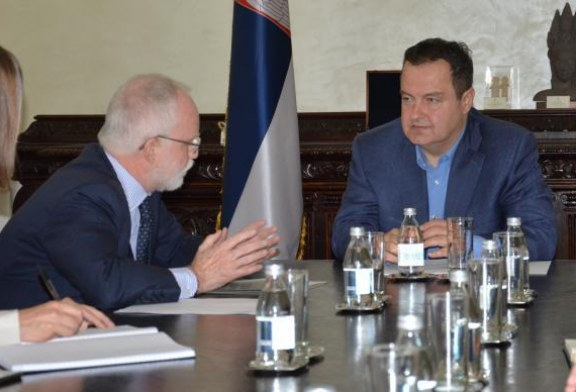 Ambasadori britanik i dorëzon Daçiç ftesën për Samitin e Londrës: Kosova është ftuar si shtet, s'ka ndryshim