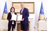 I tregoi botës përdhunimin nga serbët, Thaçi dekoron kosovaren kurajoze