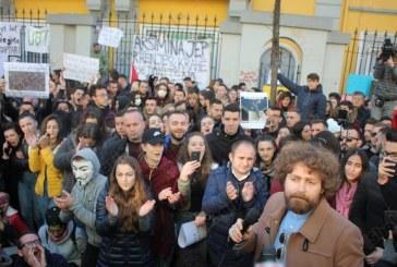 """Pikëpyetjet e mëdha të një proteste: a kanë lidhje dhe me frazën e Nikollë Lesit thënë Ramës """"do e shohësh në dhjetor""""?"""