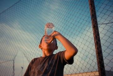 Këshilla: sa ujë duhet të pijë fëmija në ditë?