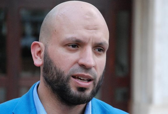 """QËNDRIMET/ Njeriu i """"Fjalës"""": vota muslimane si përcaktuese në Kosovë, a i duhet dhënë Albin Kurtit?"""